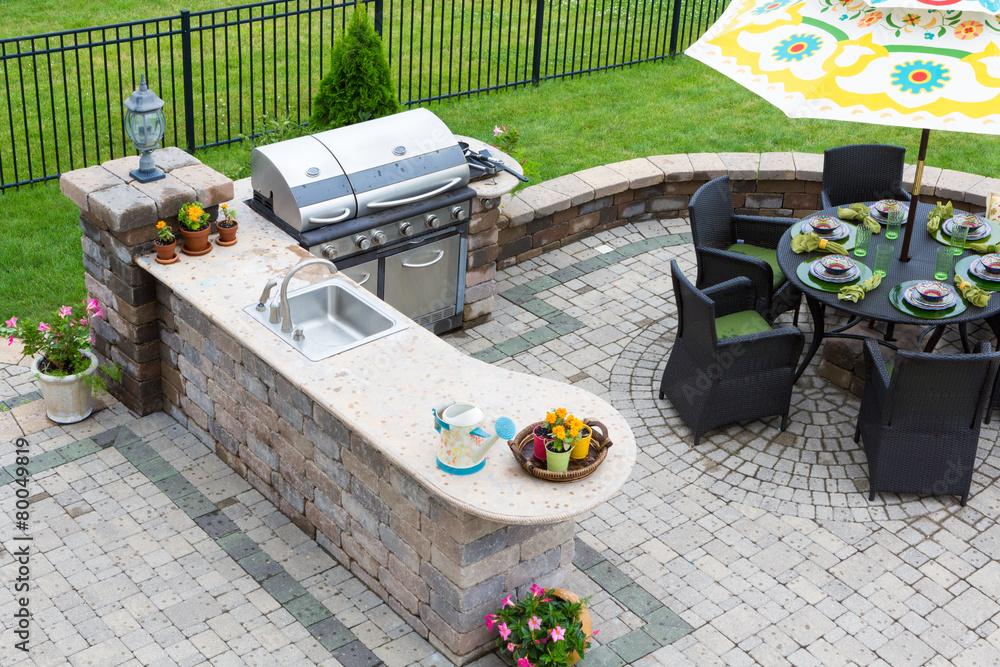 Outdoorküche Kinder You Tube : Outdoor küche und esstisch auf einer gepflasterten terrasse foto