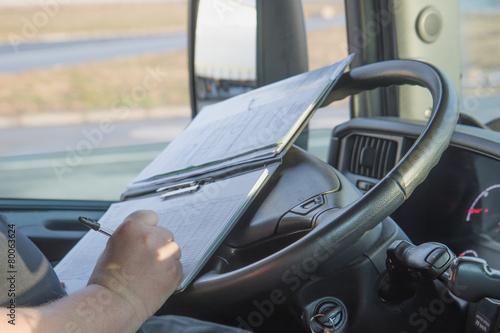 Fotografía  Conductor de camión está escribiendo en el OCUMENTACIÓN.