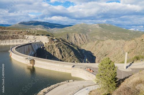 Deurstickers Dam Scenic view of a dam in the Atazar Swamp, in Madrid, Spain.
