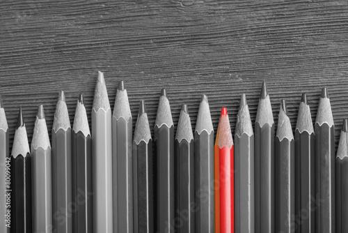 czerwony-olowek-wsrod-czerni-i-bieli