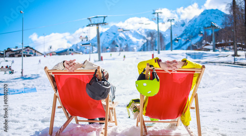 Tuinposter Ontspanning Couple at mountains in winter