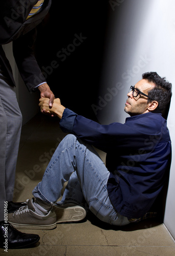 Fotografía  man helping a depressed fellow by offering a helping hand