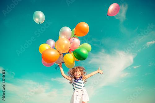 dziecko-z-kolorowymi-balonami-na-tle-nieba