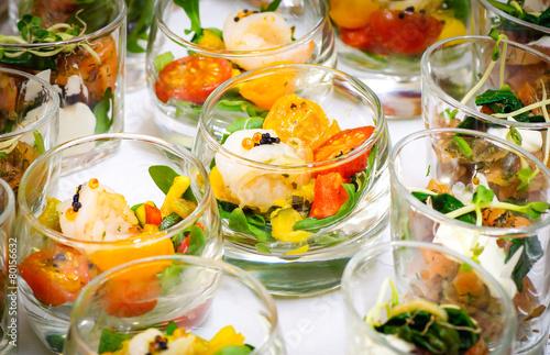 Foto op Aluminium Buffet, Bar Feierliches Buffet - Vorspeise, Salat in Gläsern