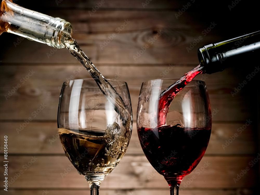 Fotografie, Obraz  Červené a bílé víno nalil na dřevo pozadí