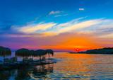Piękny zachód słońca z wybrzeża Zatoki Sarońskiej w Atenach w Grecji - 80189444