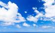 ciel bleu et nuages sous les tropiques, île Réunion