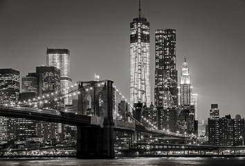Obraz na Plexi New York by night. Brooklyn Bridge, Lower Manhattan – Black an