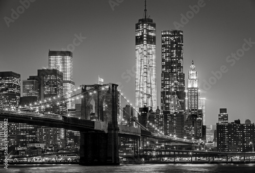 Nowy Jork nocą. Brooklyn Bridge, Lower Manhattan - Black an