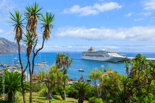 Fotografia View of cruise ship in Funchal port, Madeira island, Portugal
