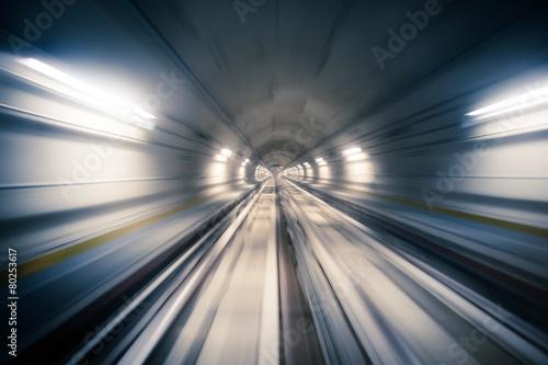 Fotografie, Obraz  Metro tunel a rozmazané světlo stezky