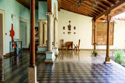 Fotografía colonial saloon indoors