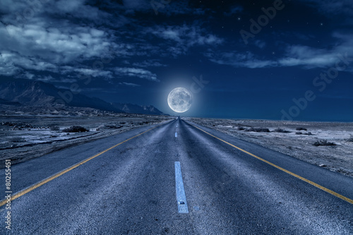 Photo sur Toile Desert de sable road under the moon