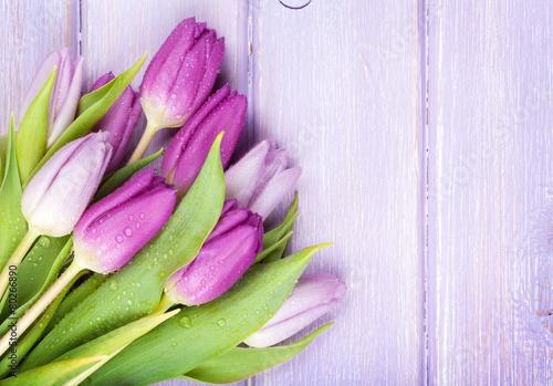purpurowy-tulipanu-bukiet-nad-drewnianym-stolem