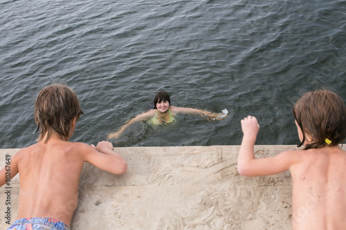 Fotografia, Obraz  Fraternal twins tan holding hands on wooden deck