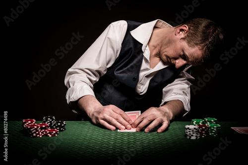 Cuadros en Lienzo Gambler checks the cards