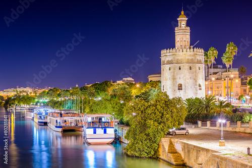 Pinturas sobre lienzo  Sevilla, España, en la Torre del Oro junto al río Guadalquivir.