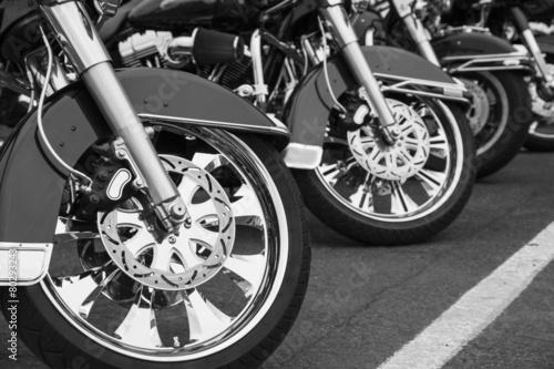 ustawione-motocykle-w-rzedzie-czarno-biala-fotografia