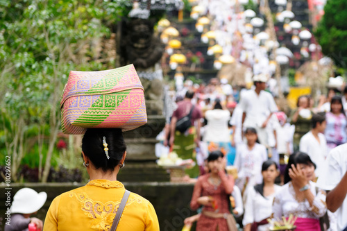 Fotografie, Obraz  The woman is carrying gifts for Hindu gods on the head