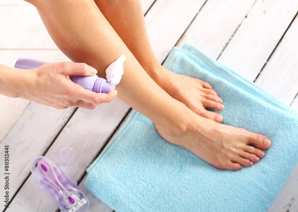 Fototapeta Higiena nóg, kobieta nakłada piankę do depilacji
