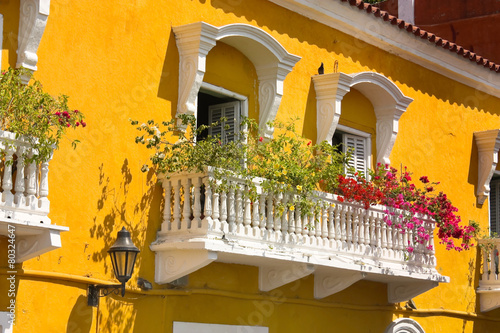 Fotografía  Detail of a colonial house. balcony with flowers and plants