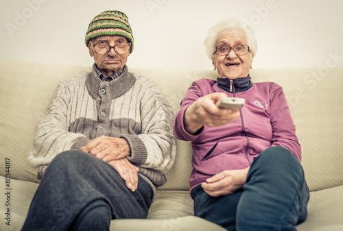 Fotografia  old couple watching tv