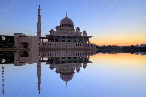 Fotografija  Putra Mosque Putrajaya, Malaysia on sunset moment.