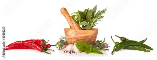 drewniany-mozdzierz-z-ziele-na-bialym-tle