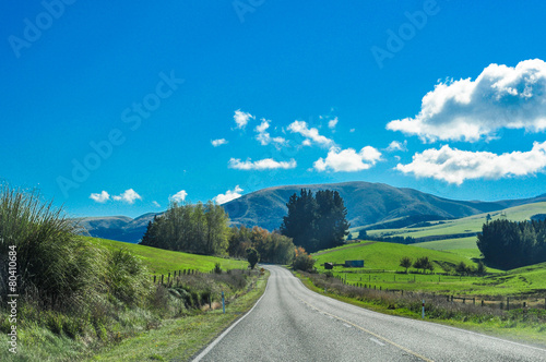 Foto op Plexiglas Nieuw Zeeland Country Road Going To Mountains New Zealand