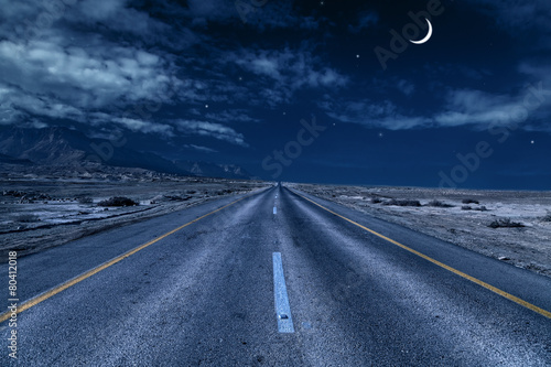 Photo road under the moon