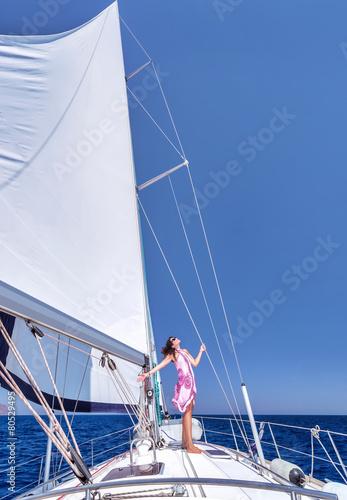 Poster Zeilen Happy woman on sailboat