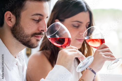 Pinturas sobre lienzo  Pares en la degustación de vinos.