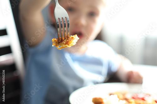 Fototapeta Dziecko przy jedzeniu. obraz