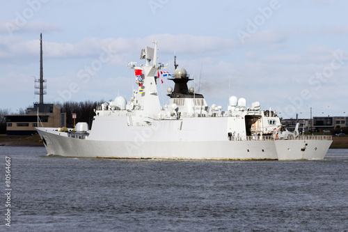 Canvas Chinese Navy frigate leaving Rotterdam