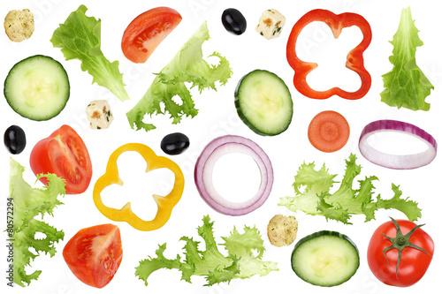 Fotografia  Fliegende Zutaten für Salat mit Tomate, Gurke, Zwiebel und Papr