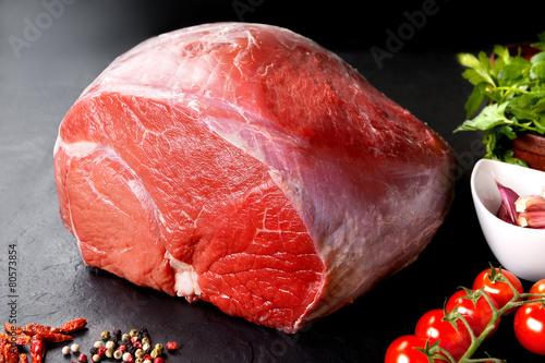 Staande foto Vlees Cerdo sin cocinar fresco y carne de res. carne roja cruda