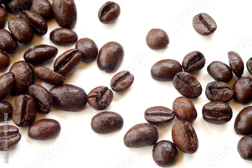 Poster Café en grains Brown coffee beans isolated on white background