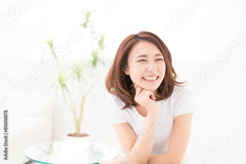 Obraz 部屋でリラックスする女性 - fototapety do salonu