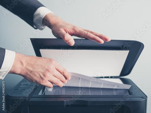 Cuadros en Lienzo Las manos del hombre de negocios de copiado de documentos