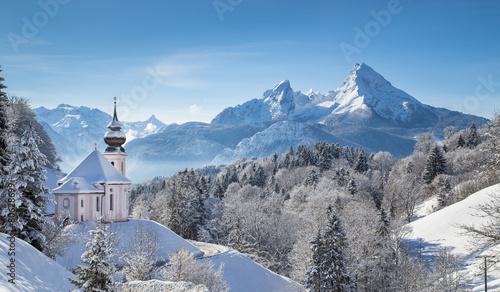zimowy-krajobraz-w-alpach-z-kosciolem