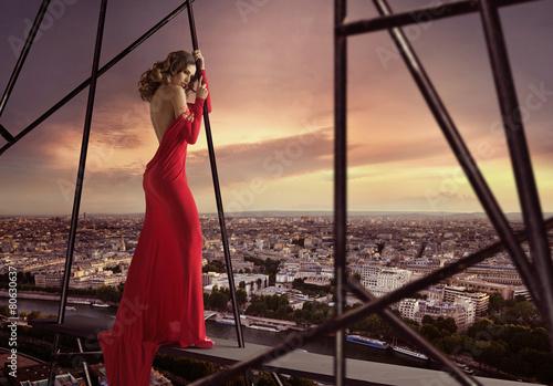 Obraz na plátně Elegant lady standing on the edge of the roof
