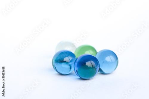 Fotografía  Billes de verre bleu, vert et transparente 1