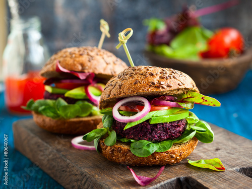 burak-warzywny-i-burger-quinoa-z-awokado