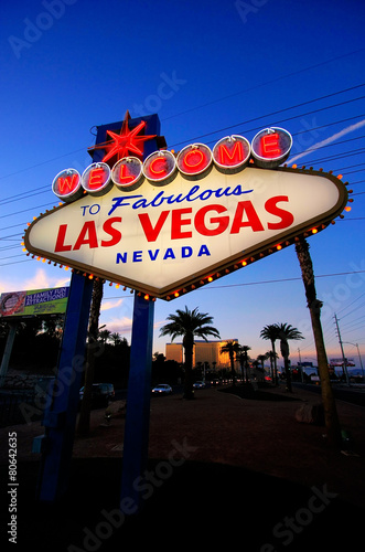 Tuinposter Las Vegas Welcome to Fabulous Las Vegas sign at night, Nevada