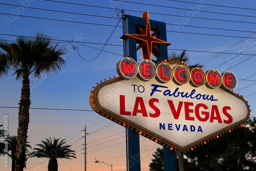 Foto op Aluminium Las Vegas Welcome to Fabulous Las Vegas sign at night, Nevada