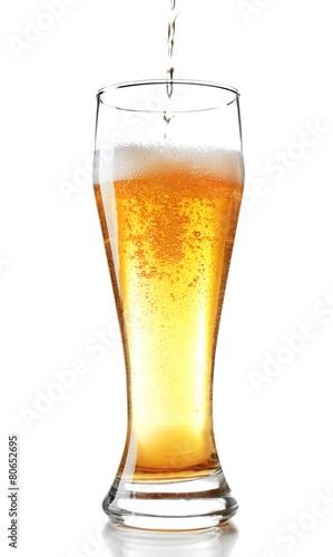 nalewac-piwo-w-szklo-odizolowywajacego-na-bielu