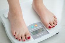Mujer Joven Sobre Una Balanza Midiendo Su Peso Y Porcentaje Grasa Corporal