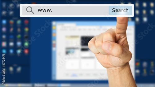 Fotografia  Hand clicking a search button