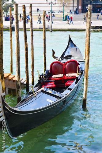 Papiers peints Gondoles Traditional Italian Gondolas on Grand Canal in Venice