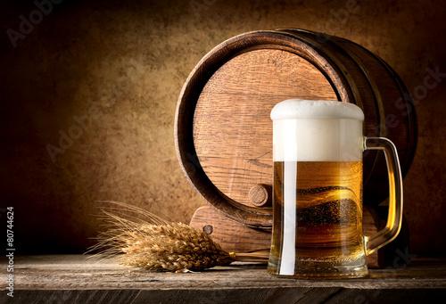 martwa-natura-z-piwem-beczka-i-klosami-pszenicy-na-ciemnym-tle